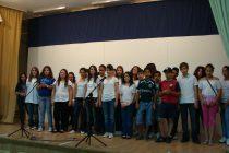 Η χορωδία του 2ου Δημοτικού Αλεξανδρούπολης τραγουδά τον ύμνο του Εθνικού