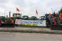 Στα μπλόκα οι κτηνοτρόφοι, σχολικοί φύλακες, δάσκαλοι και καθηγητές μαζί με τους αγρότες