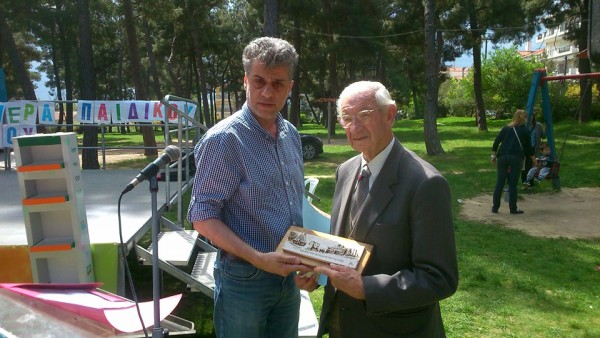 φωτογραφία Γ.Σκερλίδη-ΔΗΚΕΠΑΟ Στην εκδήλωση βραβεύτηκε για τα παραμύθια του ο συντοπίτης Σ.Ντουρανίδης.