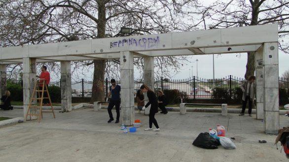 Εθελοντικός καθαρισμός των μαρμάρων της Πλατείας Φάρου