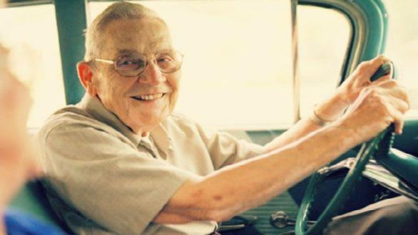 Αλλαγές για τους ηλικιωμένους που θέλουν να ανανεώσουν το δίπλωμα οδήγησης
