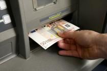 «Χαλαρώνουν» τα capital controls, αυξάνεται το όριο αναλήψεων