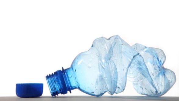 Ποιοι κίνδυνοι «κρύβονται» στο ξαναγέμισμα των πλαστικών μπουκαλιών με νερό