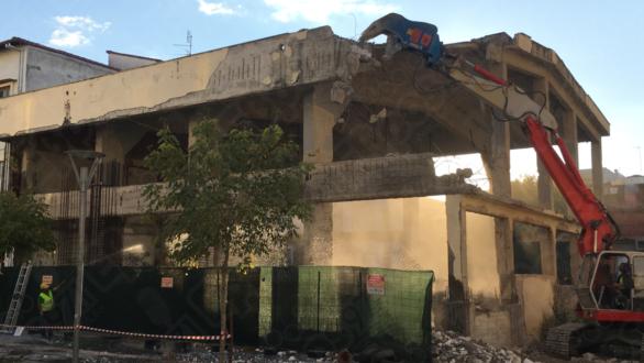 """Γκρεμίζεται το """"κουφάρι"""" πίσω από το δημαρχείο Ορεστιάδας"""