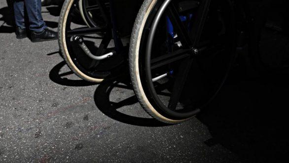 'Ερευνα: Ένας στους 15 οδηγούς στην Ελλάδα παρκάρει σε ράμπες ΑμεΑ