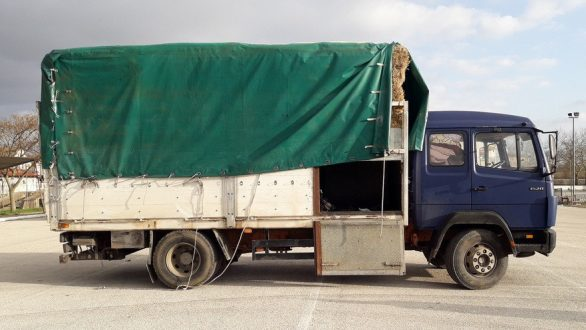 Διακινητής έκρυβε οκτώ άτομα σε φορτηγό με δέματα χόρτου