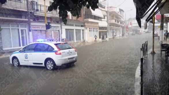 Η Τροχαία έκλεισε κεντρικό δρόμο στο Διδυμότειχο λόγω βροχόπτωσης