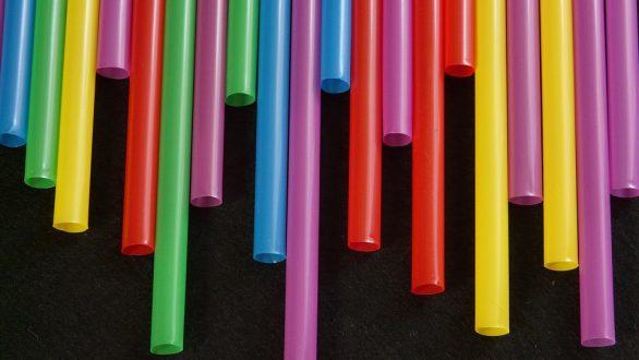 Μετά τα πλαστικά καλαμάκια, τέλος και οι μπατονέτες – Ποια άλλα απαγορεύονται