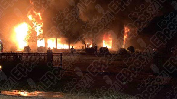 Μεγάλη φωτιά σε κατάστημα επίπλων