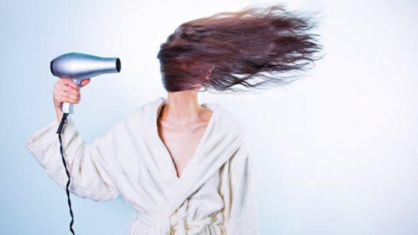 Τρία λάθη που πρέπει να αποφεύγετε όταν έχετε βρεγμένα μαλλιά