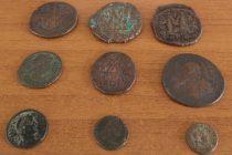 Κήποι: Έκρυβε 1.055 αρχαία ελληνικά νομίσματα μέσα σε  μπουκάλια νερού και φαγητό