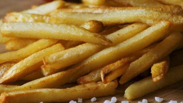 Τι να κάνετε για να μην μαυρίσουν οι κομμένες πατάτες σας