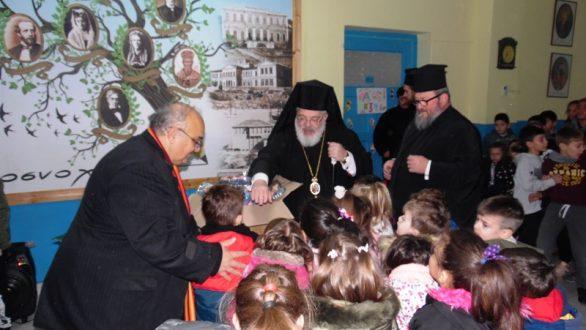 Επισκέψεις του Μητροπολίτη Δαμασκηνού σε σχολεία και διανομή σχολικών ειδών