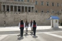 Η πρώτη αλλαγή φρουράς με τη θρακιώτικη ενδυμασία στο Μνημείο του Αγνώστου Στρατιώτη