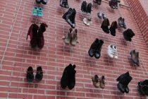"""«Οι άνθρωποι πίσω από τους αριθμούς»: Τα παπούτσια στο Δημαρχείο Αλεξανδρούπολης """"μιλάνε"""" για την βία κατά των γυναικών"""